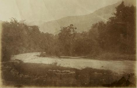 """De Batang Poelan bij Tandjoengbalit bij Pajakoemboeh (terjemahan: """"Batang Poelan di Tandjoengbalit di Pajakoemboeh"""")"""