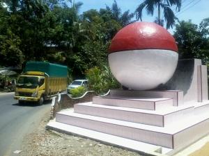 Tugu Khatulistiwa di Jalan Sumbar - Riau